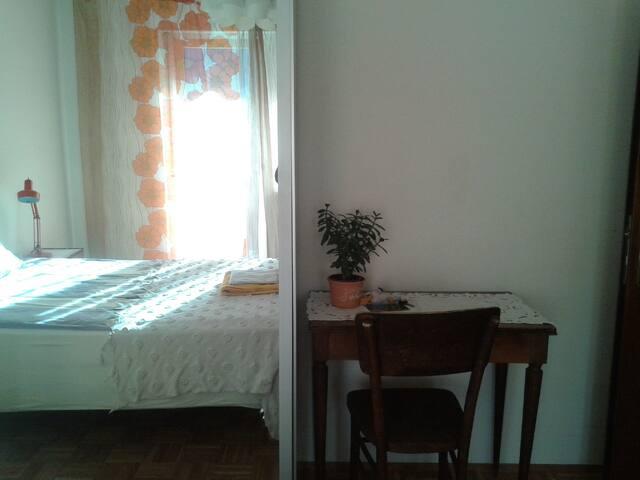 Lo scrittoio/Schreibtisch im Gaestezimmer