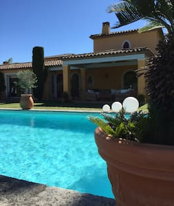 bed and breakfast in the luxury villa     taha'a - Grimaud