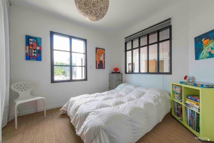 """La chambre 2, plutôt plus les enfants avec jeux de sociétés, rangements, """"kit bébé""""."""