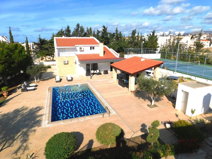 Large villa in Paphos centre with TENNIS COURT
