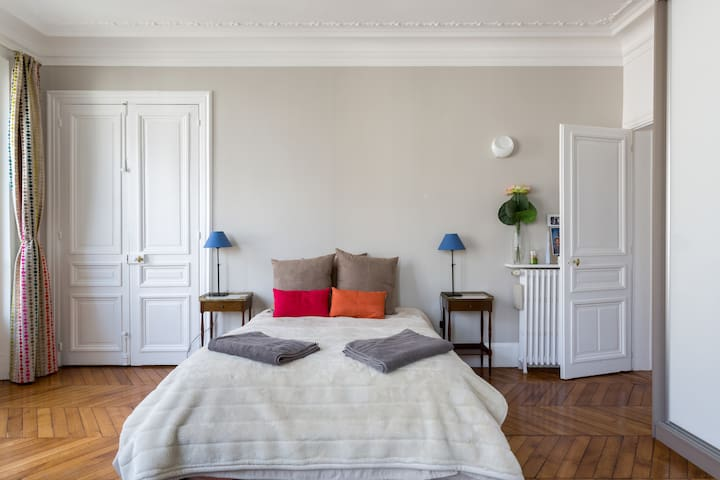 Chambre parentale (lit double) / Master bedroom with double bed