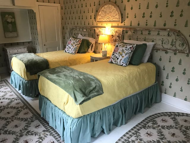 A Beautiful Rest (Boxwood) in an Authentic Chadds Ford / Brandywine Valley / Longwood Gardens B&B