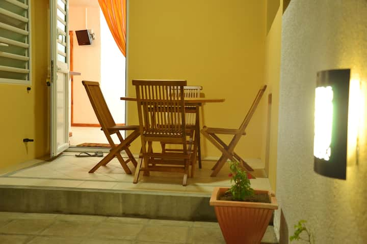 Studio in Black River, with shared pool, enclosed garden and WiFi - 1 km from the beach