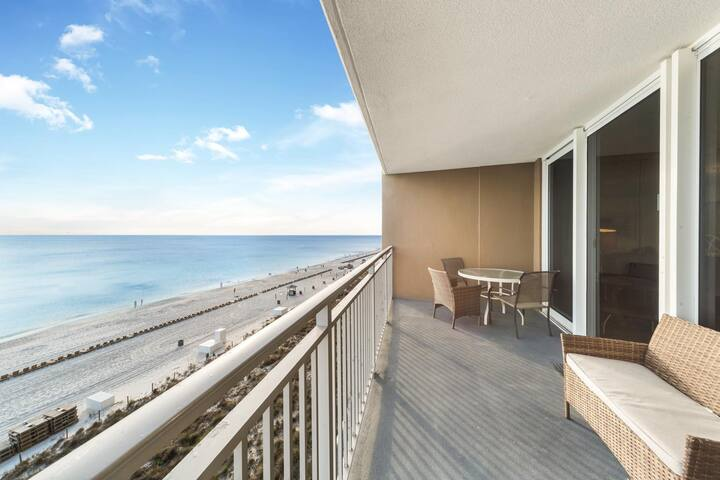 New Listing! Inviting beachfront condo, walk to shopping & dining! Free WiFi!