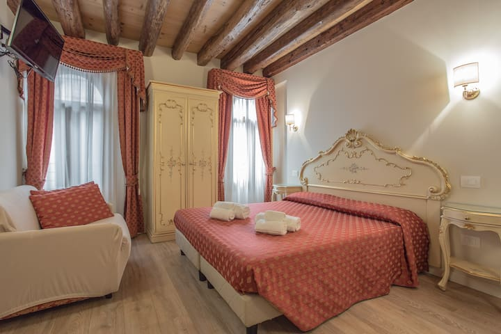 APARTMENT BY CANAL GRANDE IN THE HEART OF VENICE