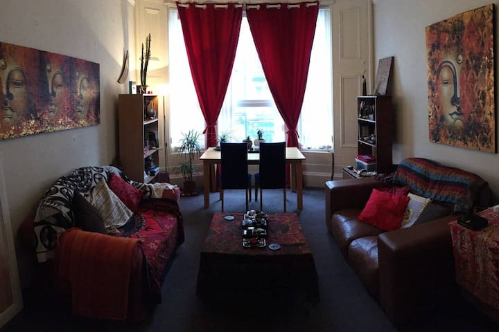 Dbl Room close to Hampden and train station