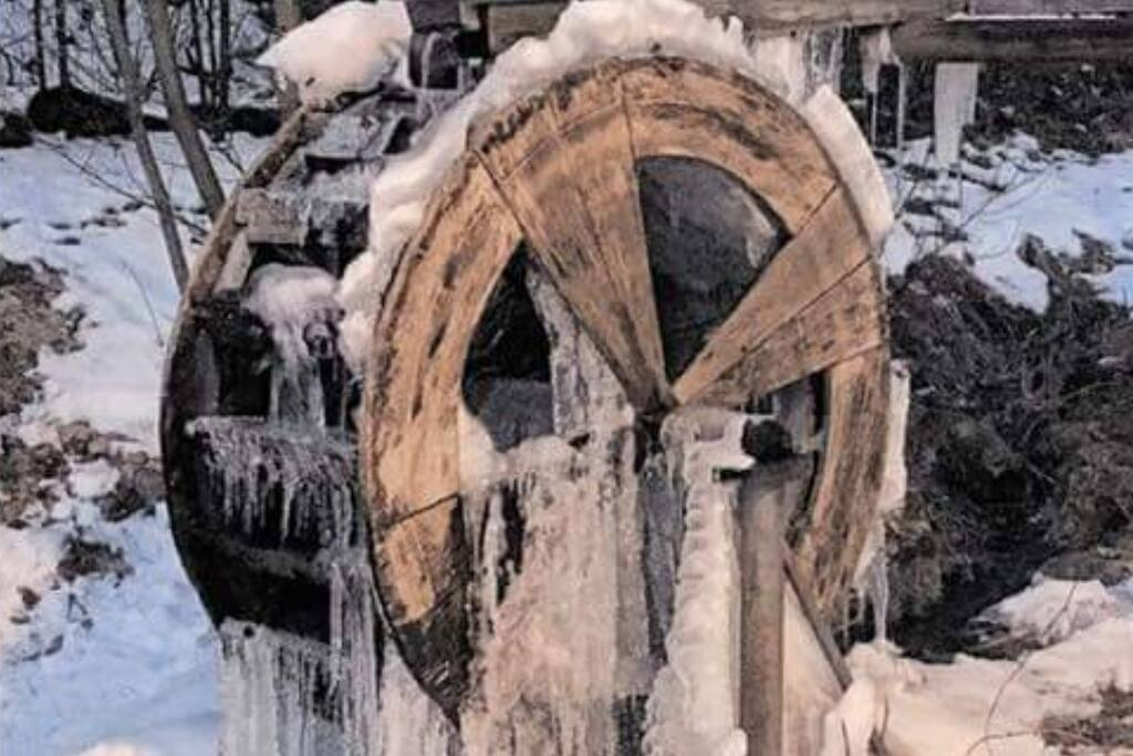 Wasserrad im Winter, Winterberg - Niedersfeld Ortseingang