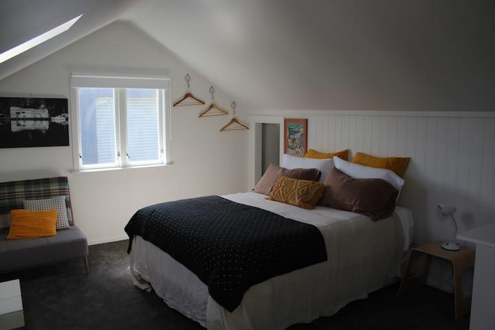"""""""The loft"""" central Petone apartment"""