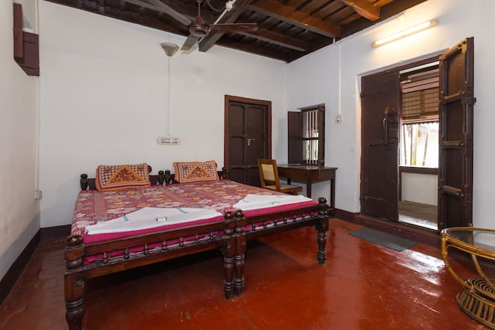 private room in 180yrers old heritage home stay - Alappuzha - Bed & Breakfast