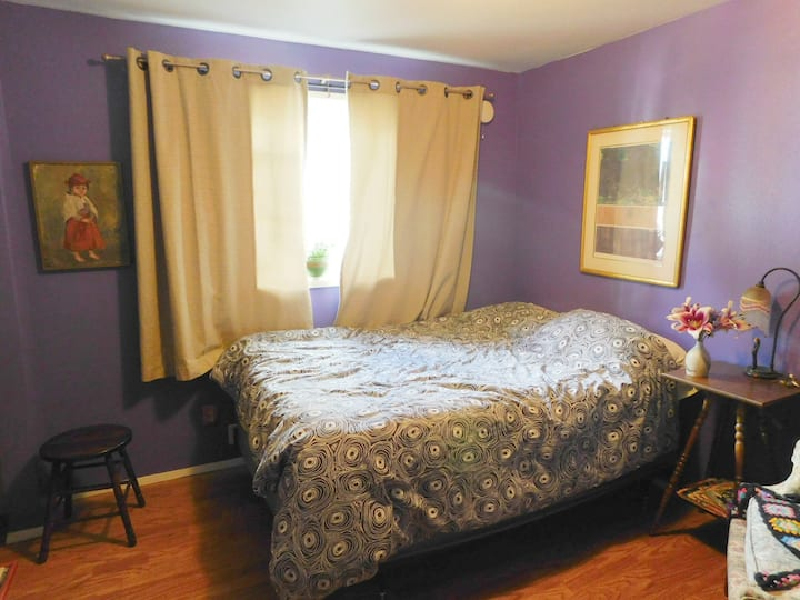 Pretty in Purple guest room in the heart of Eugene