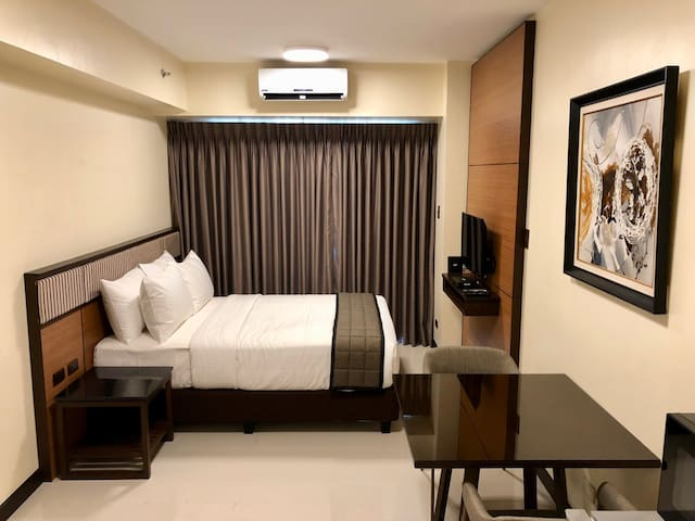 Renovated Condo w/ wifi across Mall of Asia **