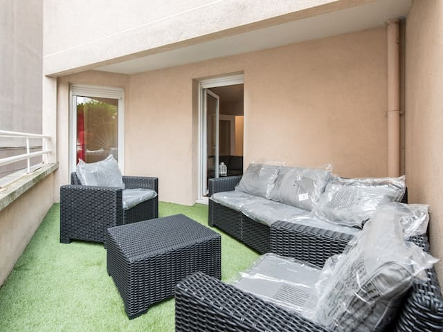 Terrasse équipée d'un salon de jardin neuf. Avantage, une partie est couverte.
