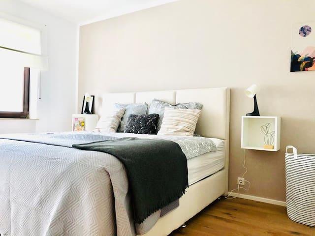 Schlafzimmer für 2 mit gemütlichem King Size Bett.