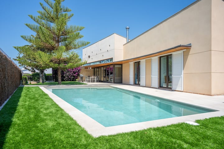 R106 Design villa with pool in Roda de Bara