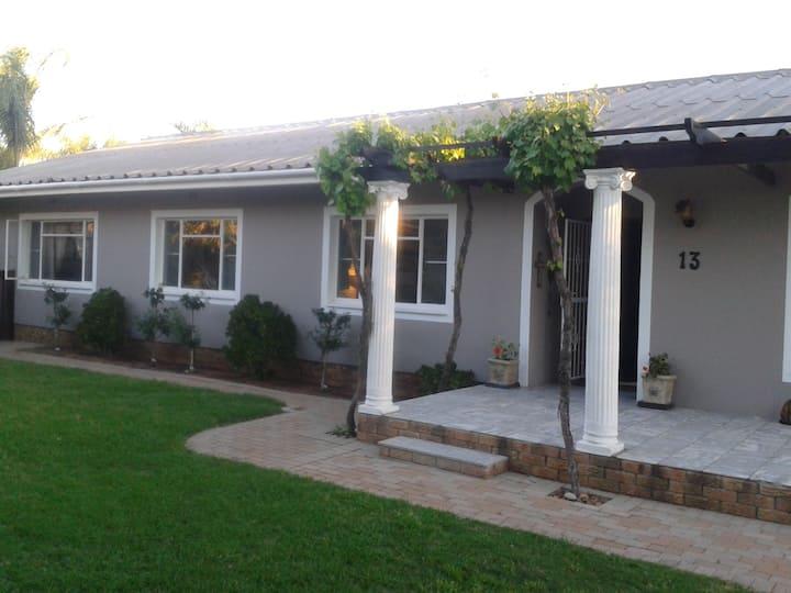 Voni's Cottage - Secluded Garden Cottage