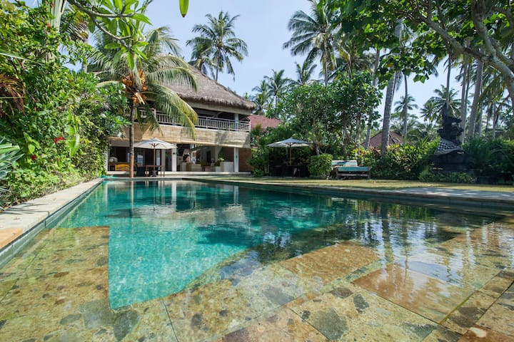 Villa Nilaya  - beachfront bliss! - Manggis - Dom