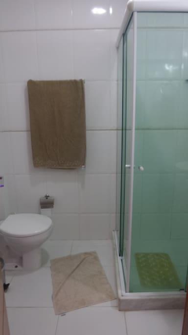 Banheiro com o básico.