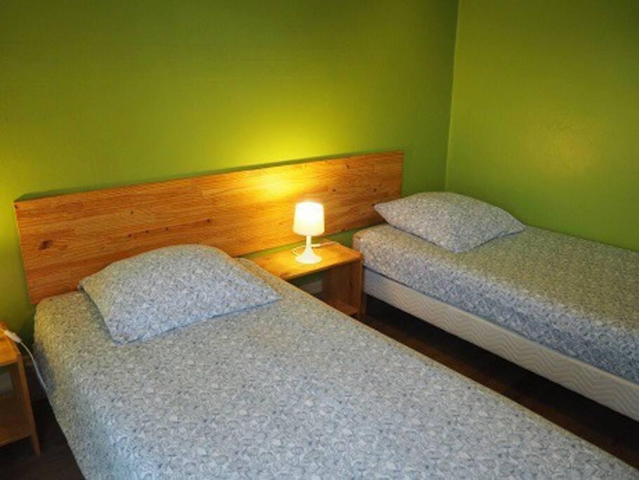 2 lits jumeaux de 90 pouvant être mis cotes à cotes. gm