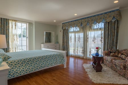 Newly remodeled upstairs bedroom NEAR the 101 fwy - Villa