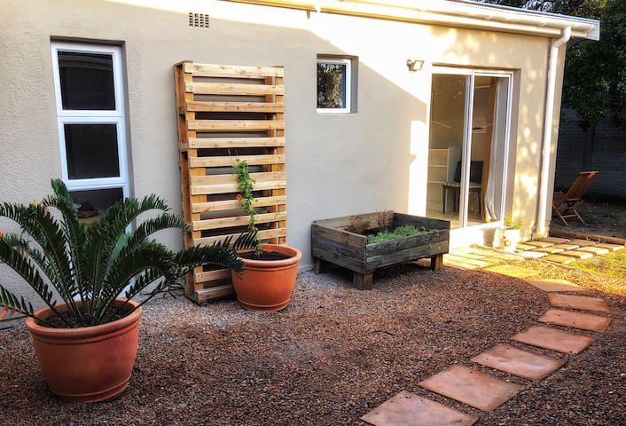 Private Garden Cottage in the heart of Noordhoek