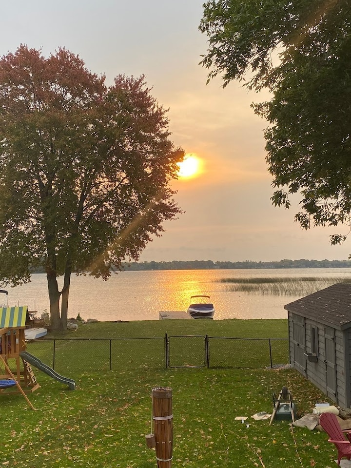 Lake Simcoe waterfront Cottage (8 - 12 guests)