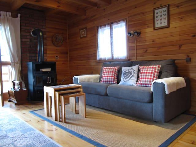 Canapé lit avec vrai matelas très confortable et facile à installer. Fourneau à bois avec une belle puissance de chauffe. Un véritable bienfait par temps froid. Vaste balcon qui enveloppe tout l'arrière du chalet.