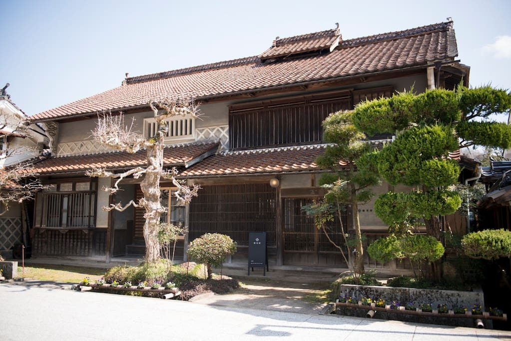 It was made 100 years ago. This street was a hotel street when it was Edo era.