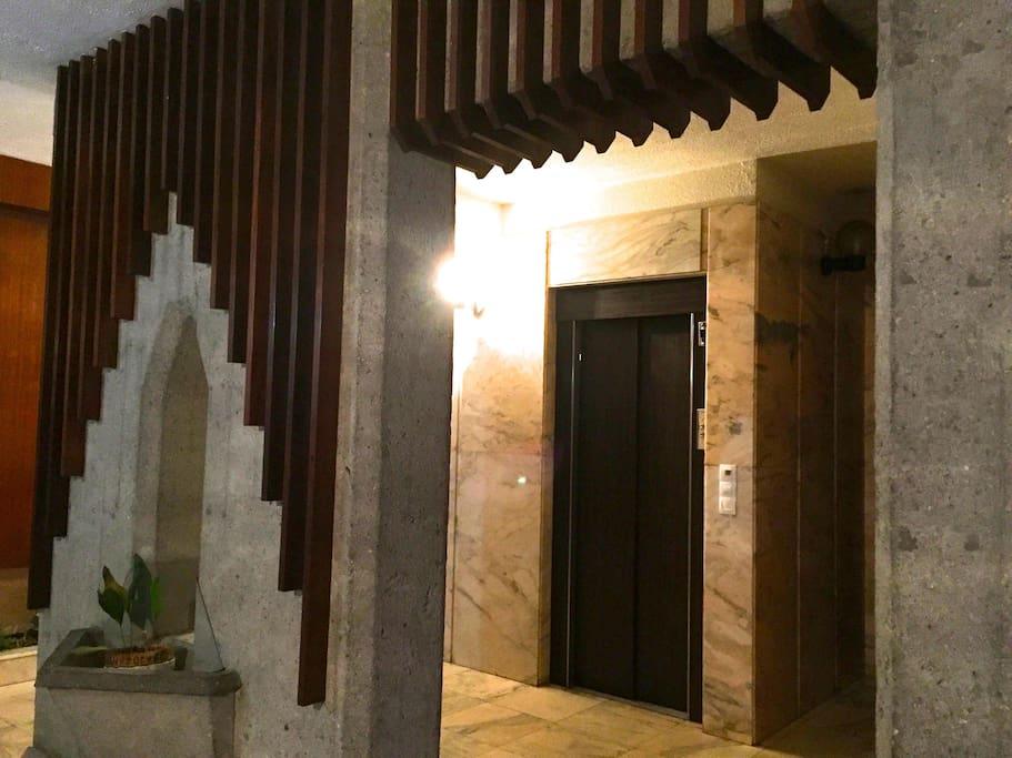 Portal con 2 ascensores