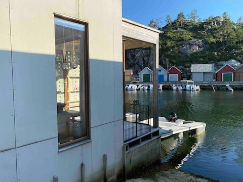 Arkitekttegnet, minihus i sjøen.