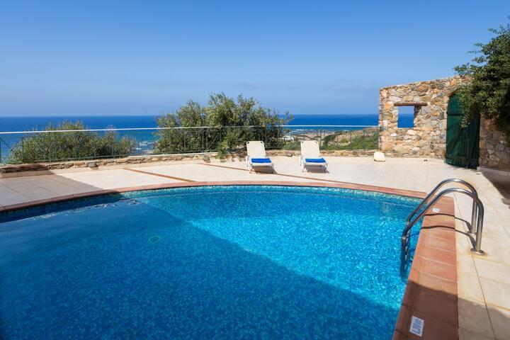Vue sur la mer à la piscine Villa Artemis