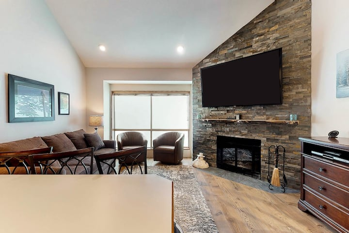 Ski In/Out Romantic Condo for hiking or skiing right next to lift with views!