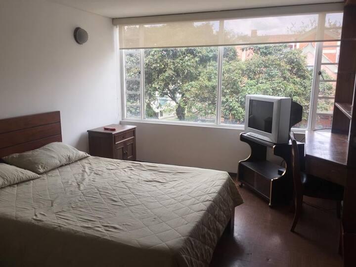 Habitación espaciosa y acogedora con baño privado