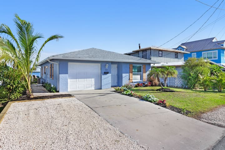 Lovely Bayside home with easy access to beach and restaurants.
