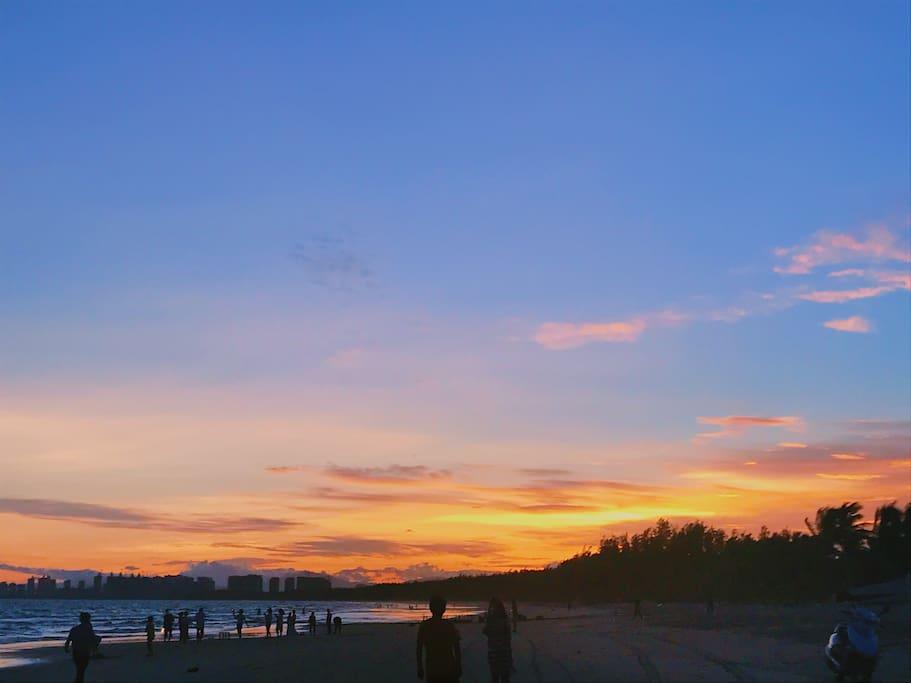 这个是在沙滩拍的,和下一张照片是同一天,面朝大海,左边是落日余晖,右边是初升的月亮