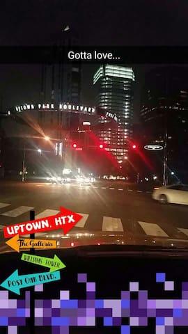 Uptown Area Condo close to it all! - Houston - Selveierleilighet