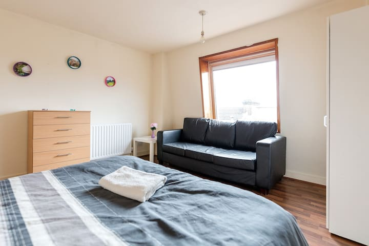 Large Double Bedroom in Zone 2