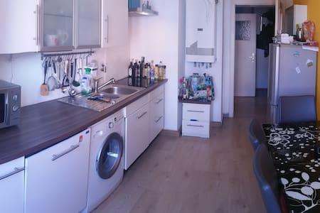 Schöne 2 Z. Wohnung zentral, 3Min Bus zur City - Stuttgart - Apartment