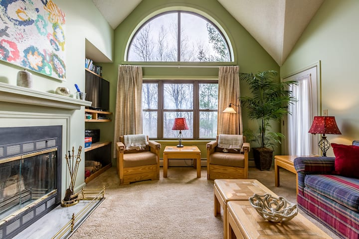 SKI-ON/SKI-OFF⛷Spacious Okemo Ski Condo 4-8 BEST LOCATION!