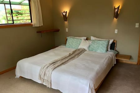 Cosy room - King bed, private bathroom & entrance