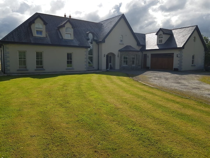 Beautiful Home near Ballymagarvey & Tayto Park