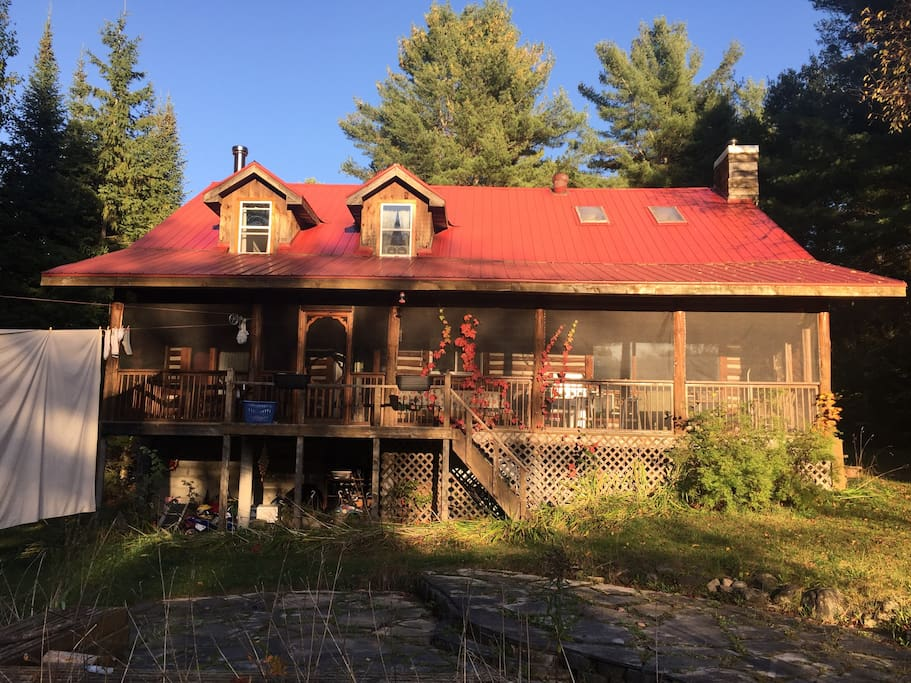 Large 45' Muskoka room. With eating and buffet table. Has a sleep able queen size bench.