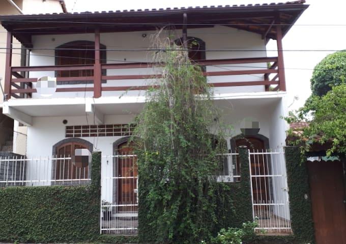 Casa com ótima localização (Centro de Penedo)