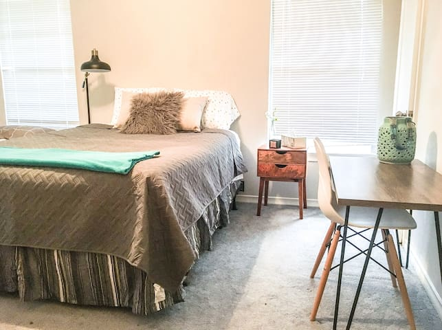 Private guest bedroom & bath! Easy highway access!