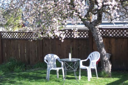 Relaxing Fun 2-Room Garden Cottage + Walk to Plaza - Ashland