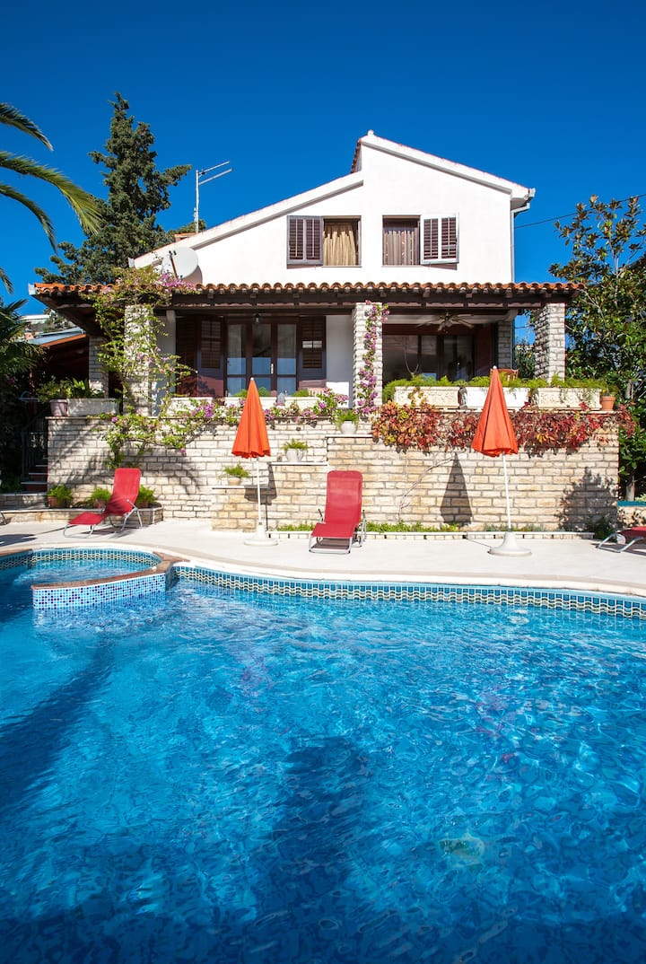 Villa Masha is a detached house, very finely accommodating 6 to 7 persons.