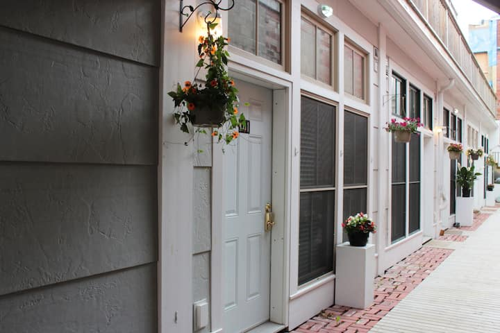 "Glube's Lofts ""101"", 1 bedroom one level apartment"