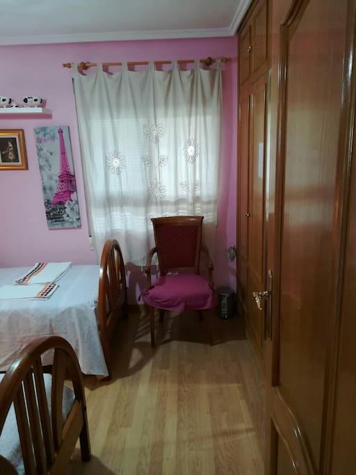 La habitación desde otro ángulo.