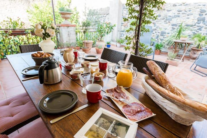 Chambre spacieuse avec patio prive et cuisine
