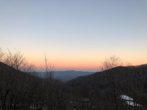 Picturesque Mountain Chalet Above Hawksnest