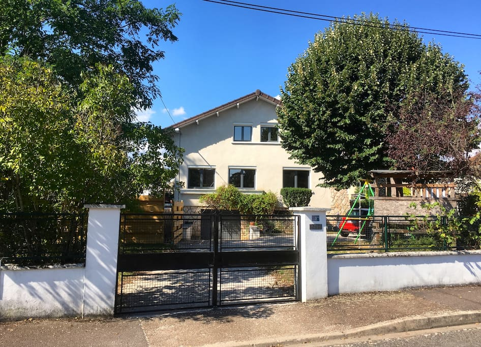 Maison avec cours fermée